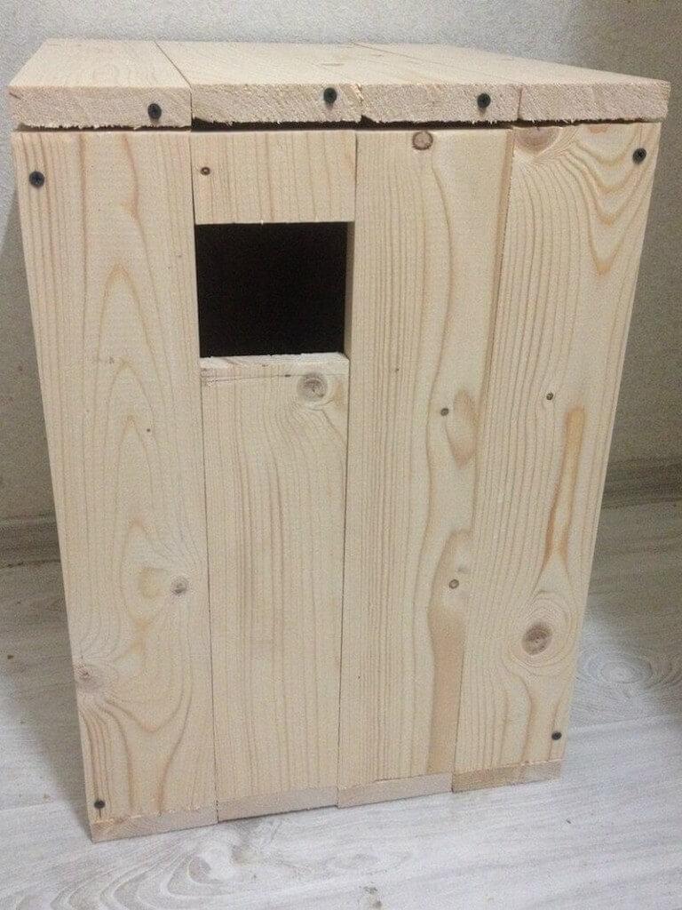 Гнездовой домик дуплянка для разведения александрийских попугаев.